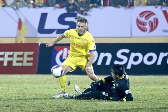 """Khai màn V.League 2021: Chiến thắng """"sốc"""" của đội nhà Nam Định trước Hà Nội ảnh 1"""