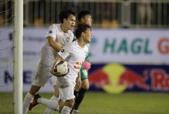 Ăn mừng bàn thắng của Văn Toàn, Minh Vương trong trận thắng SLNA. Ảnh: Dũng Phương