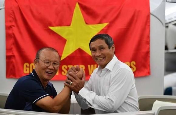 Hai nhà cầm quân thành công nhất năm 2019: HLV Mai Đức Chung và HLV Park Hang-seo. Ảnh: HOÀNG PHẠM