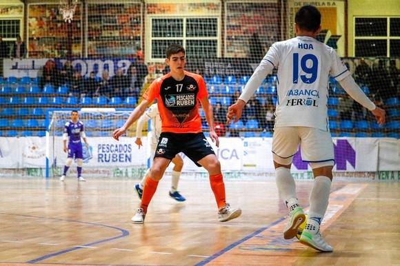 Đức Hòa khống chế bóng trước cầu thủ của CLB futsal Pescados Ruben Burela