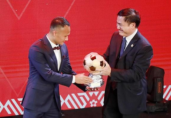Chủ tịch Công ty VPF Trần Anh Tú trao QBĐ Việt Nam cho Nguyễn Trọng Hoàng. Ảnh: Nguyễn Hoàng