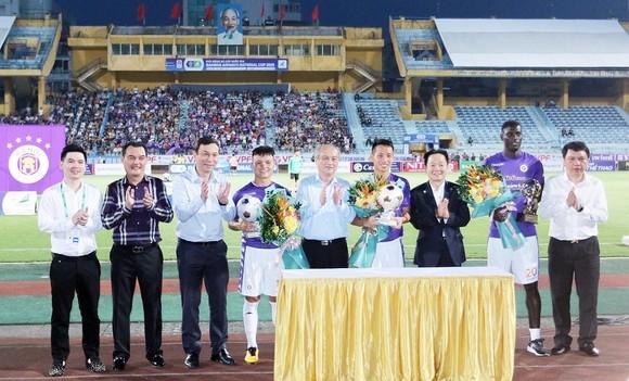 Các cầu thủ Hùng Dũng, Quang Hải và Omar được vinh danh trước trận đấu.