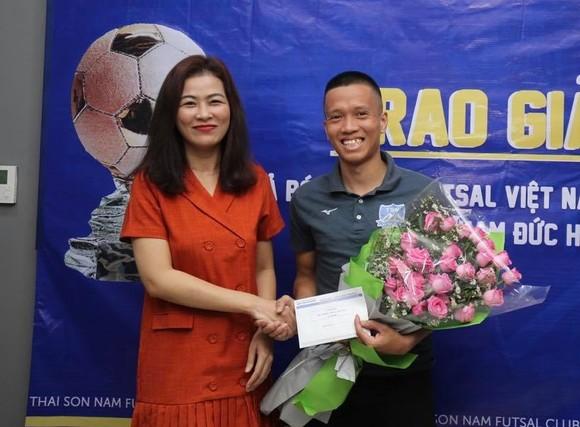 Trao giải Quả bóng đồng Futsal Việt Nam 2019 cho cầu thủ Phạm Đức Hòa ảnh 3