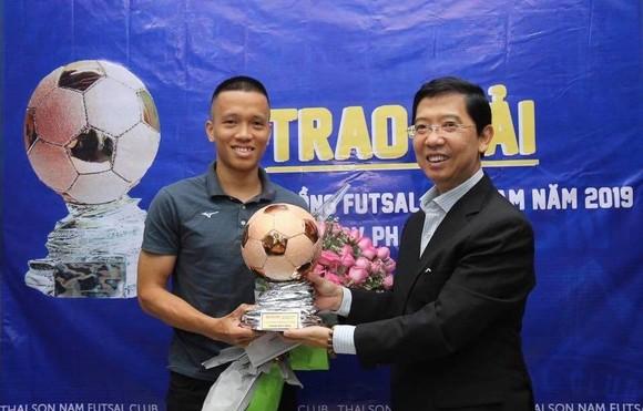 Trao giải Quả bóng đồng Futsal Việt Nam 2019 cho cầu thủ Phạm Đức Hòa ảnh 2