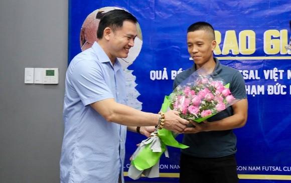 Trao giải Quả bóng đồng Futsal Việt Nam 2019 cho cầu thủ Phạm Đức Hòa ảnh 1