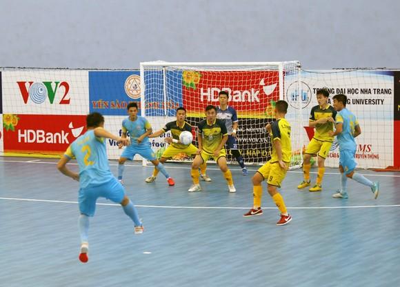 S.Khánh Hòa (áo xanh) thắng dễ 4-0 trước các cầu thủ trẻ Cao Bằng.