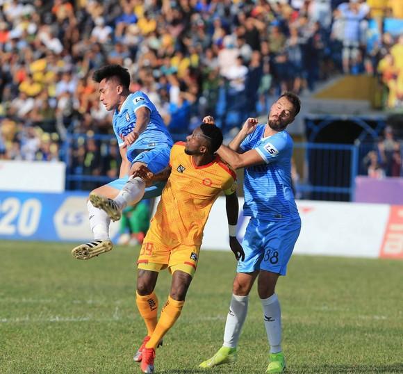 Hà Đức Chinh lập cú đúp, SHB Đà Nẵng có chiến thắng đầu tiên trên sân khách ảnh 1