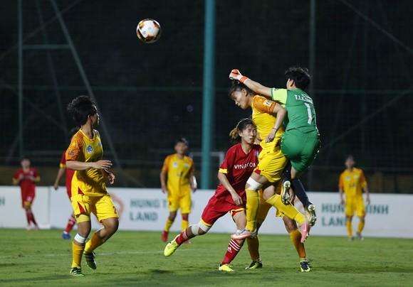 Trung vệ Chương Thị Kiều và thủ môn Kim Thanh là chốt chặn an toàn của TPHCM. Ảnh: VFF