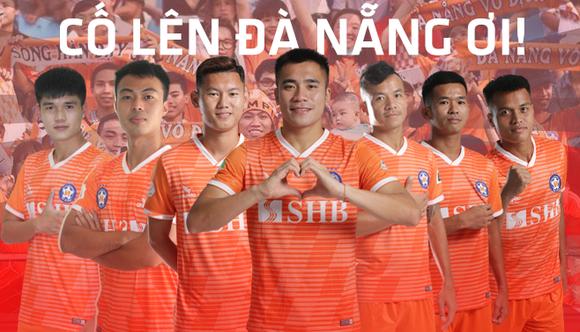 Các cầu thủ Đà Nẵng với khẩu hiệu kêu gọi phòng, chống dịch Covid-19