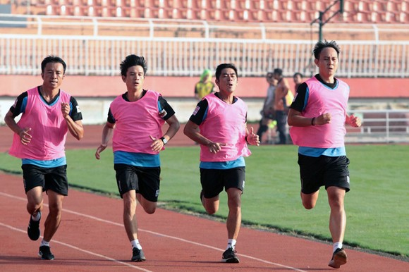 Các trọng tài trong phần kiểm tra thể lực ở đợt 2 tập huấn giữa giai đoạn mùa bóng 2020