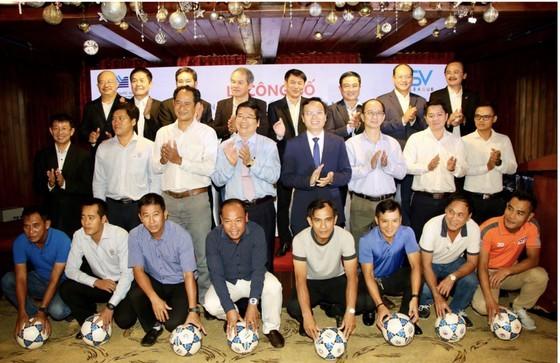 Không chỉ có sự hỗ trợ từ các ông bầu, các đội còn được BTC hỗ trợ về chuyên môn khi cử những HLV tham gia huấn luyện. Ảnh: DŨNG PHƯƠNG