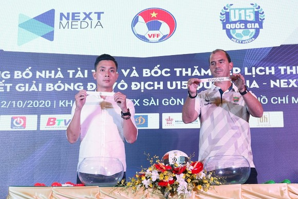 Huỳnh Kesley (phải), HLV đội chủ nhà cùng đại diện nhà tài trợ trong phần bốc thăm chia bảng. Ảnh: ANH TRẦN
