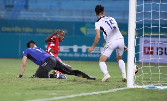 Thủ môn Bửu Nhọc phạm nhiều sai lầm trong trận thua 1-4 của HA.GL trước Viettel