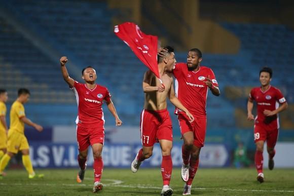 Niềm vui của Trọng Đại khi ghi bàn thắng duy nhất cho Viettel. Ảnh: MINH HOÀNG