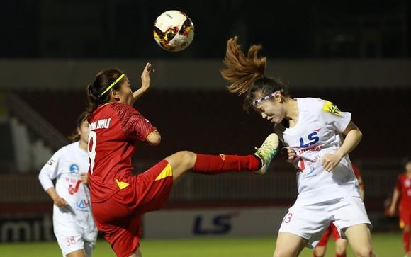 Pha tranh bóng quyết liệt giữa Huỳnh Như và cầu thủ đội Hà Nội II. Ảnh: DŨNG PHƯƠNG