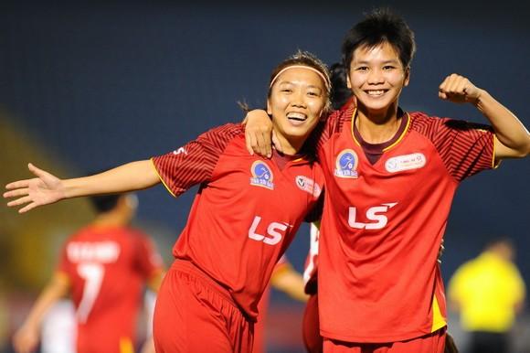 Niềm vui của Huỳnh Như và Hoài Lương sau bàn mở tỷ số. Ảnh: DŨNG PHƯƠNG