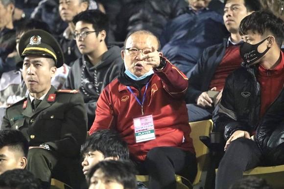 Ông thầy người Hàn Quốc chỉ rõ những vấn đề ở hàng thủ ĐTQG. Ảnh: HỮU THÀNH
