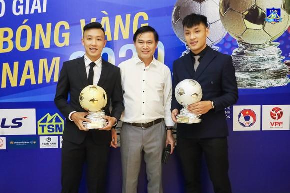 Minh Trí cùng thủ môn Văn Ý chụp ảnh kỷ niệm với Chủ tịch Trần Anh Tú ở đêm Gala. Ảnh: DŨNG PHƯƠNG