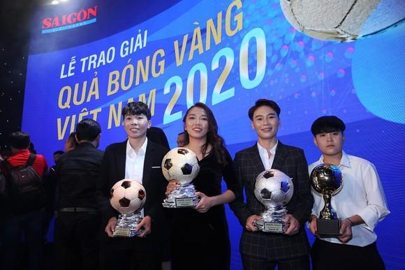 Huỳnh Như cùng các cầu thủ nữ đoạt giải năm 2020. Ảnh: Dũng Phương