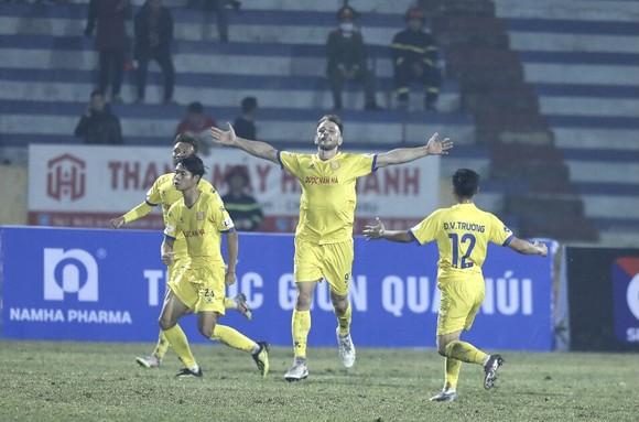 Khai cuộc LS V-League 2021: Nam Định tạo địa chấn trước Hà Nội ảnh 2