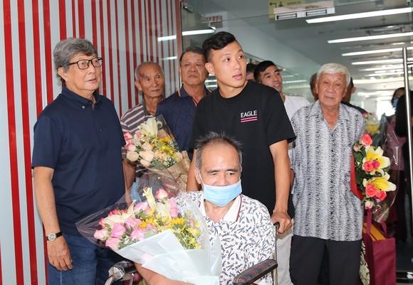 Quả bóng Vàng Việt Nam chia sẻ hơi ấm ngày Tết đến các cựu tuyển thủ  ảnh 2