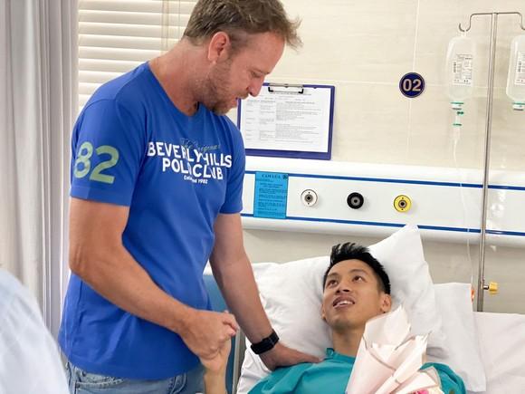 HLV Polking (CLB TPHCM) đến bệnh viện thăm Hùng Dũng vào trưa 24-3