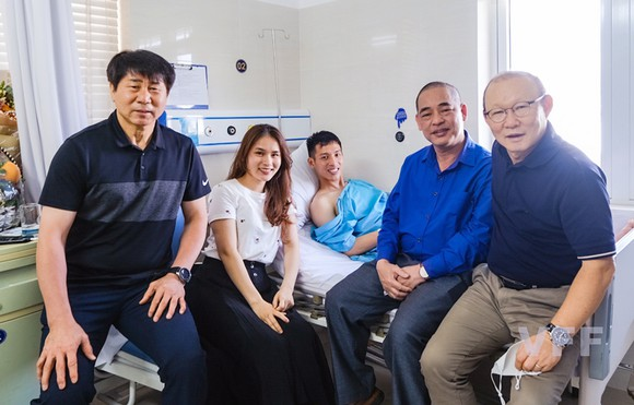 HLV Park Hang-seo và trợ lý đến thăm Hùng Dũng
