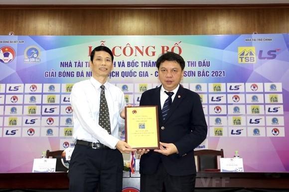 Đại diện Lãnh đạo LĐBĐVN và nhà tài trợ tiến hành ký kết và trao chứng thư