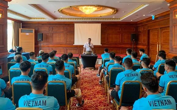 Lãnh đạo VFF gặp toàn đội vào ngày 8-5