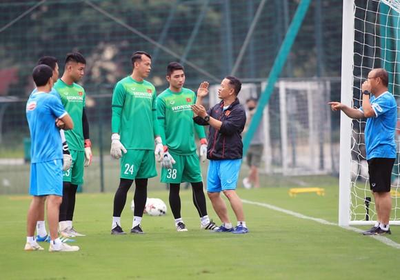 Bài tập lạ của thầy Park dành cho thủ môn ĐT Việt Nam ảnh 1