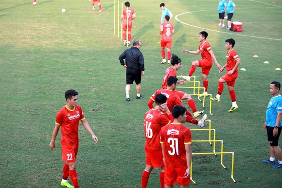 Đội tuyển Việt Nam hạn chế tiếp xúc bên ngoài ảnh 1