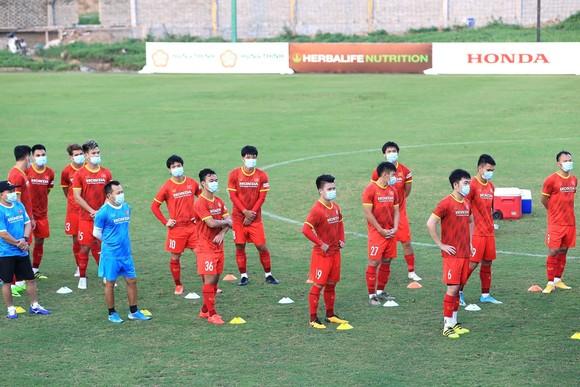 Các cầu thủ mang khẩu trang khi di chuyển từ khách sạn cho đến sân tập. Ảnh: MINH HOÀNG
