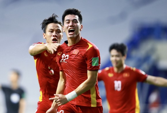 Tiến Linh và Ngọc Hải, tác già 2 bàn thắng cho ĐT Việt Nam trước Malaysia. Ảnh: KHƯƠNG DUY