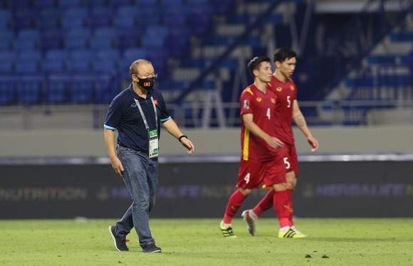 Thầy Park tạm xa các học trò ở trận gặp UAE. Ảnh: THIỀU ANH
