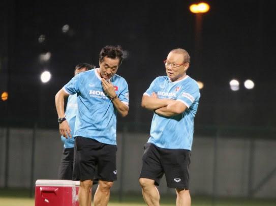 HLV Park Hang-seo và trợ lý Lee Yong Jin trên sân tập. Ảnh: Đoàn Nhật