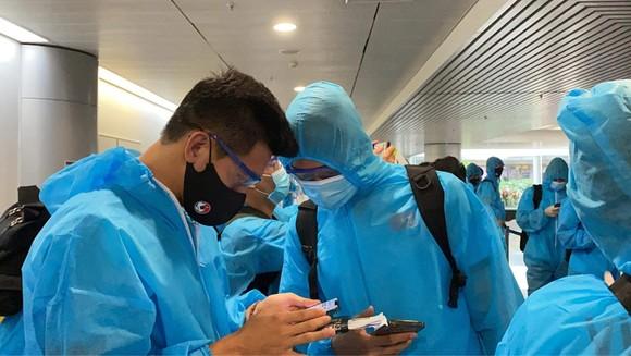 Đội tuyển Việt Nam về đến TPHCM ảnh 4
