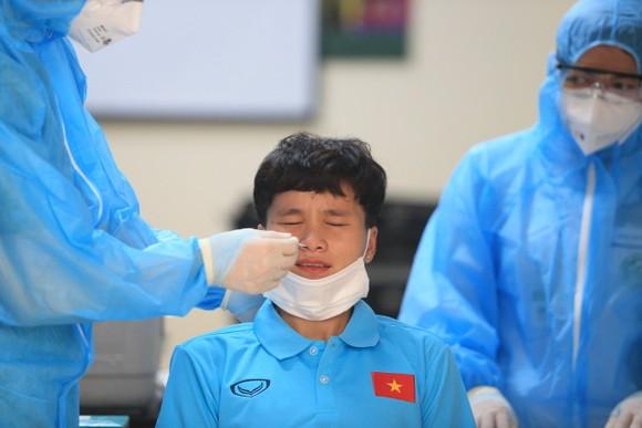 Nguyễn Thị Vạn đang được lấy mẫu xét nghiệm