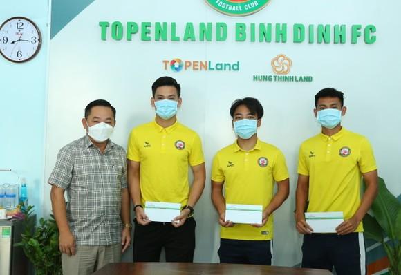 Đại diện lãnh đạo CLB Topenland Bình Định gặp gỡ các cầu thủ của CLB trước khi ra Hà Nội hội quân