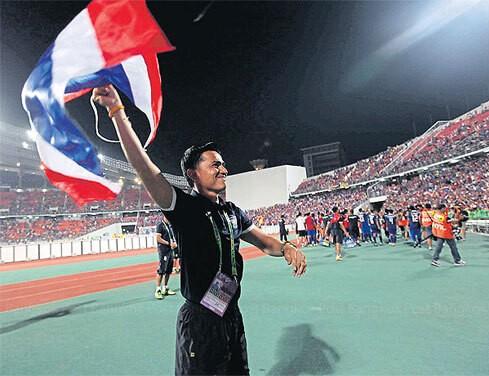 HLV Kiatisak về Thái Lan ảnh 1