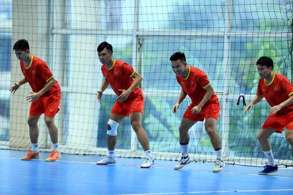 Đội tuyển futsal Việt Nam trên sân tập chiều 8-12