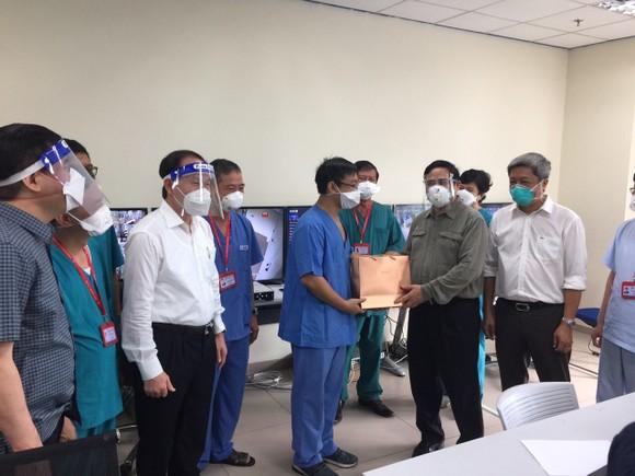 Thủ tướng Chính phủ Phạm Minh Chính, Trưởng Ban chỉ đạo Quốc gia phòng, chống dịch Covid-19 đến thăm hỏi và động viên các y bác sĩ tại Bệnh viện Cấp cứu hồi sức tỉnh Bình Dương