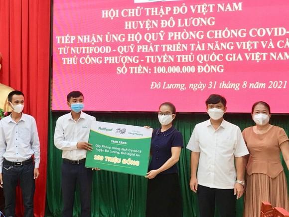 Hội Chữ thập đỏ Huyện Đô Lương nhận ủng hộ Quỹ phòng chống Covid-19 từ đại diện NutiFood, Quỹ phát triển tài năng Việt và cầu thủ Công Phượng