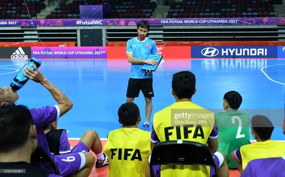 Buổi tập làm quen sân thi đấu của đội tuyển futsal Việt Nam ảnh 1