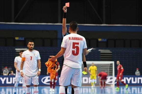 Ahmadi lãnh thẻ đỏ ở phút 11