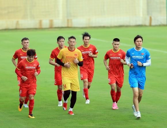 Đội tuyển Việt Nam ra sân tập sau 1 tuần xả trại ảnh 2