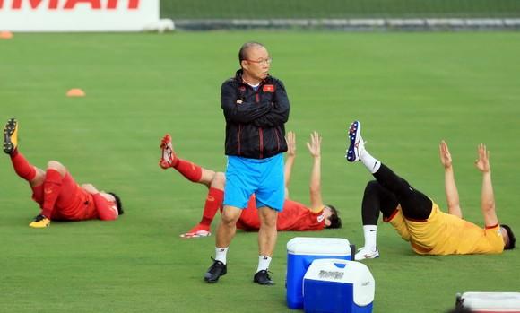 Đội tuyển Việt Nam ra sân tập sau 1 tuần xả trại ảnh 3