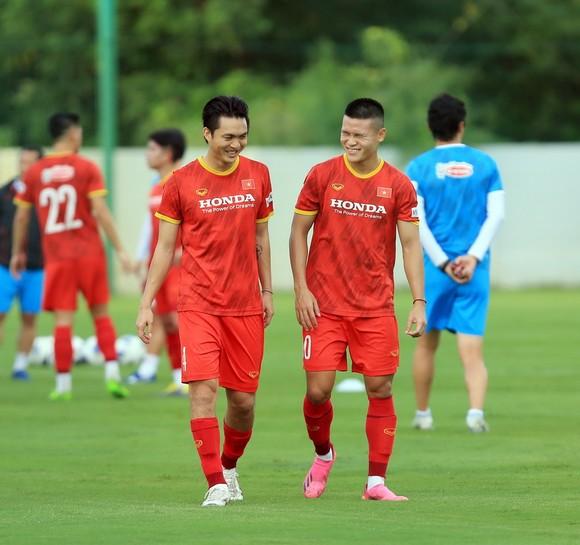 Đội tuyển Việt Nam ra sân tập sau 1 tuần xả trại ảnh 6