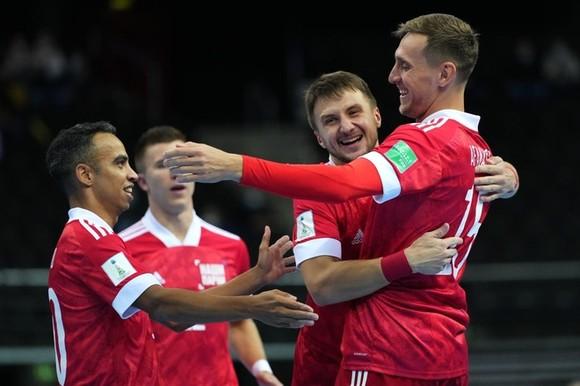 Cầu thủ người Brazil Robinho (bìa trái) được xem như nhà tổ chức của đội tuyển Nga