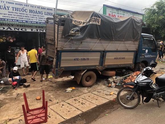 Tài xế gây vụ tai nạn liên hoàn ở Đắk Nông khai do xe mất thắng nên tông các xe cùng chiều để dừng lại ảnh 1