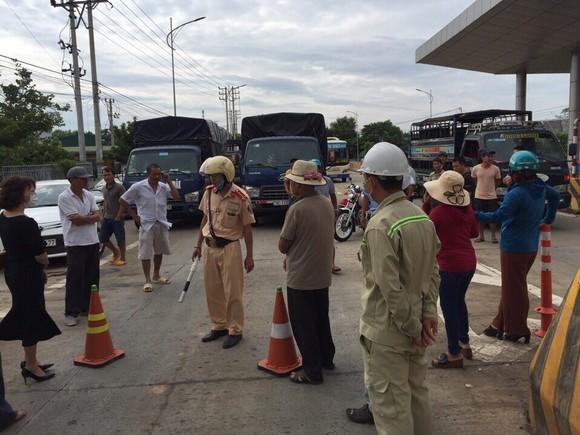 Dân chặn xe, vây Trạm thu phí Ea Kar trên Quốc lộ 26, ngăn cản xe qua lại ảnh 2